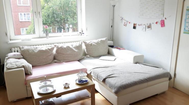 Gemütliche Einrichtungs Inspiration Fürs Wohnzimmer: Weiße Couchlandschaft,  Graue Decke Und Fotogirlande. 2