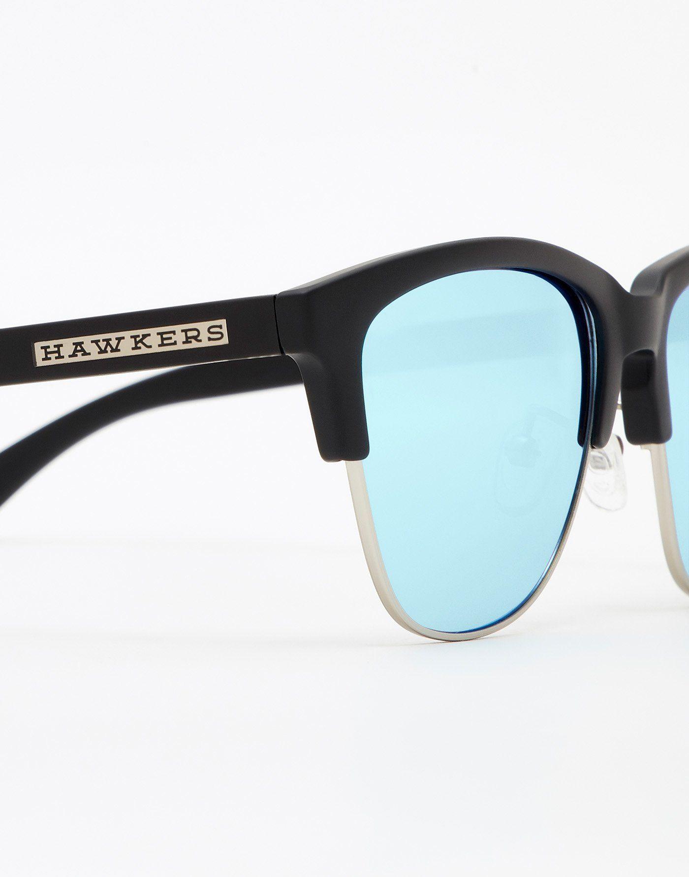 f2ba15ebd6 CARBON BLACK CLEAR BLUE CLASSIC Hawkers CLASSIC es una colección de estilo  clásico y moderno a