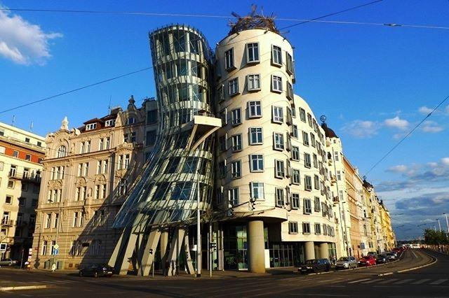 """Escolhi para a minha #iotd a divertida (e imponente) """"Casa Dançante"""", em Praga, um prédio comercial que foi projetado pelo arquiteto Vlado Milunic, em colaboração com o mestre Frank Gehry. #camilakleinarquiteta #frankgehry #praga #arquitetura #fachada"""