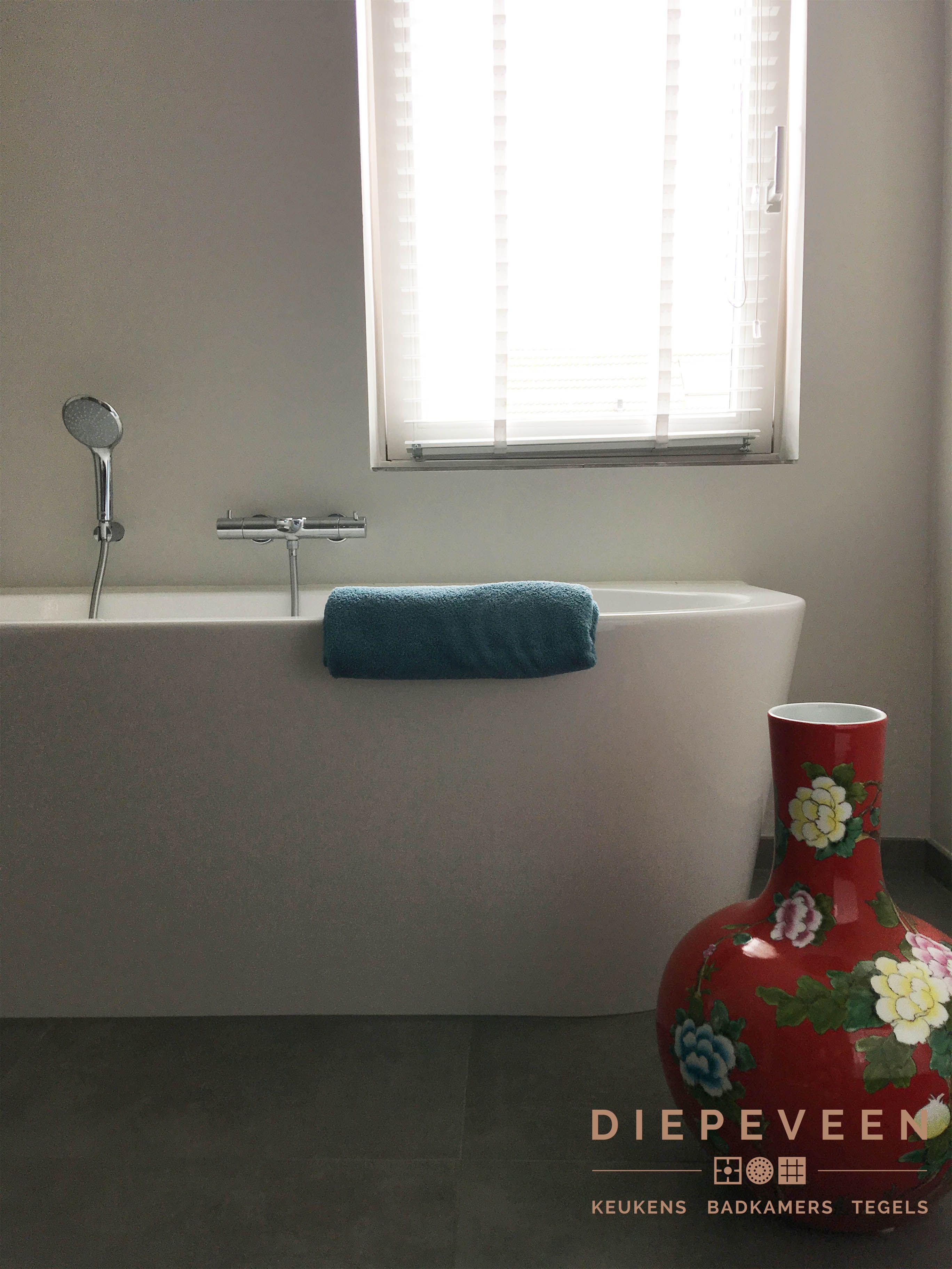 Een kleurrijke vaas geeft veel sfeer in een badkamer | Moderne ...