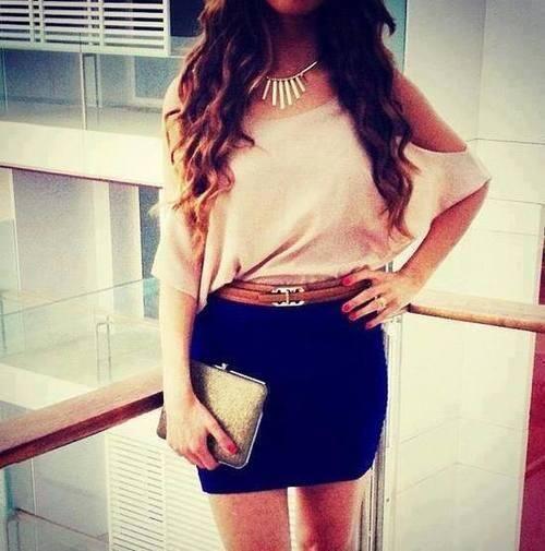 falda larga con un cinturón y blusa por dentro ... para una tarde en el centro comercial