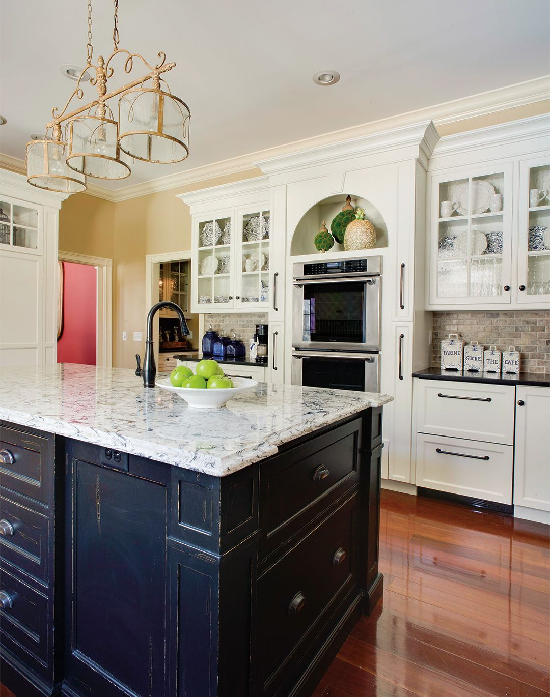 Traditional Kitchen Cabinets With Ample Space For Displaying Fine Plate And Dishware Traditional Kitchen Traditional Kitchen Cabinets Kitchen Inspirations