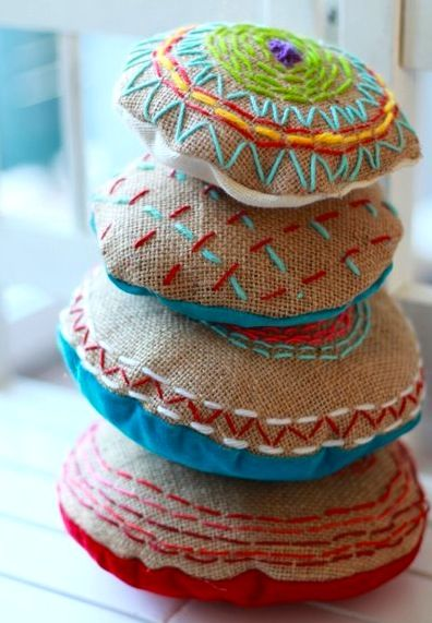 embroidered burlap pillow gift DIY Pinterest Decorar tu casa