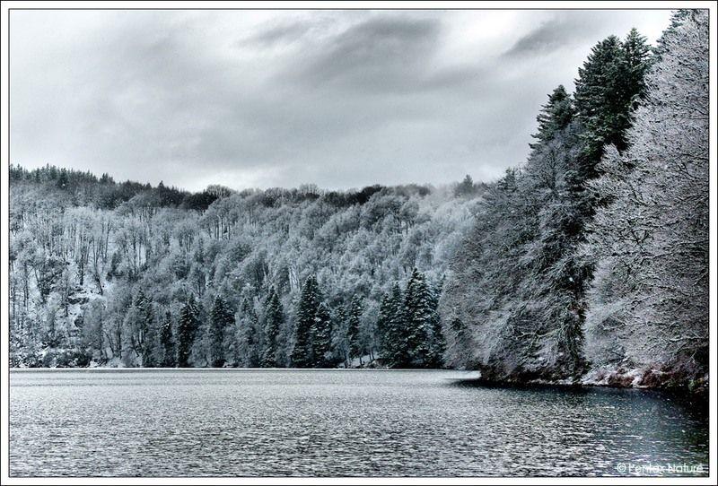 Auvergne Le lac pavin sous la neige