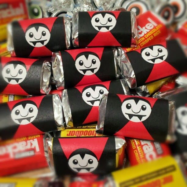 Free Vampire Miniature Candy Bar Wraps  http://printablepartiestogo.blogspot.com/2013/10/free-vampire-halloween-printables.html