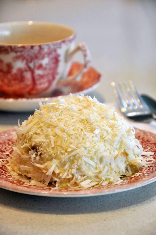 Mini Postre Blanco: Crema de nueces y castañas en almíbar cubierto por un biscuit de vainilla y coco en hebras tostado - Isabel Vermal