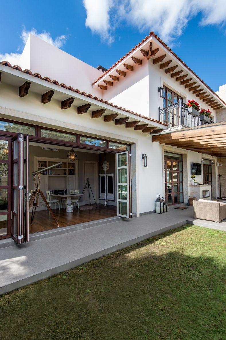 Puerta plegable, vista interior en madera, vista exterior en aluminio imitación madera. #ventana #ventanademadera #madera #multivi #puertademadera #puerta #cancel #hechoenmexico