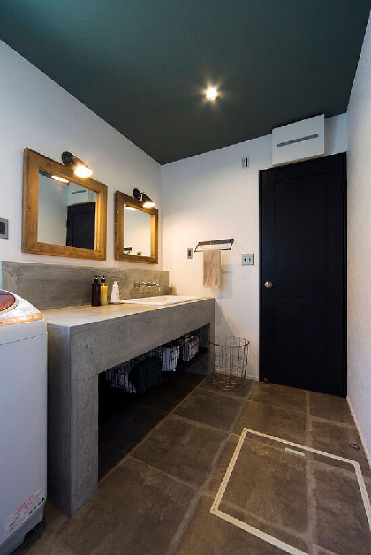 モルタルを使った造作洗面台は 医療機関用の様なシンクを入れたほか