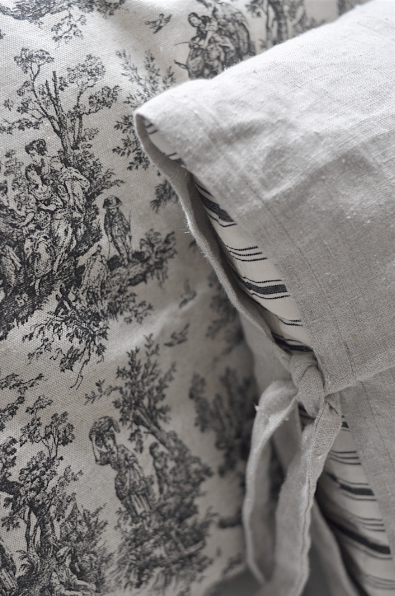 Vintage chic: Toile de jouy-puter/ pillows with toile de jouy-pattern for the living room or back porch