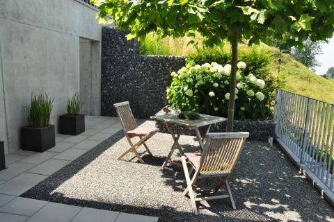 Kleine Terrasse mit Sitzplatz #terrasse #terrassengestaltung - moderner vorgarten mit kies