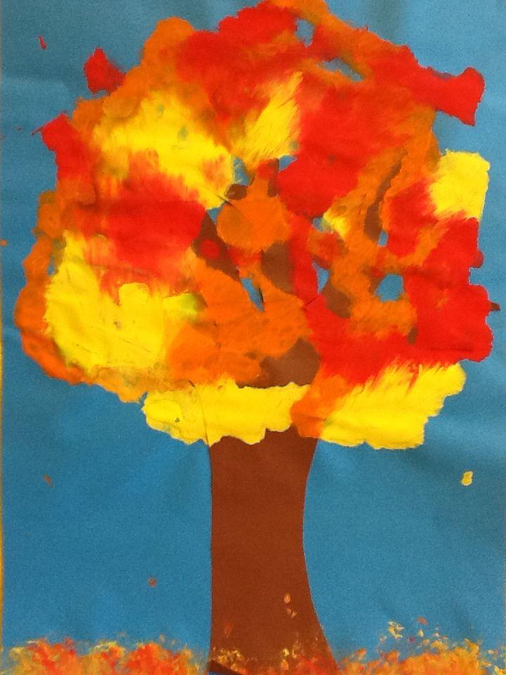 Puun lehdet sormivärillä. Sormiväriläiskiä paperille, muovikelmu päälle ja värejä sotkemaan! lapset tykkäsivät:)