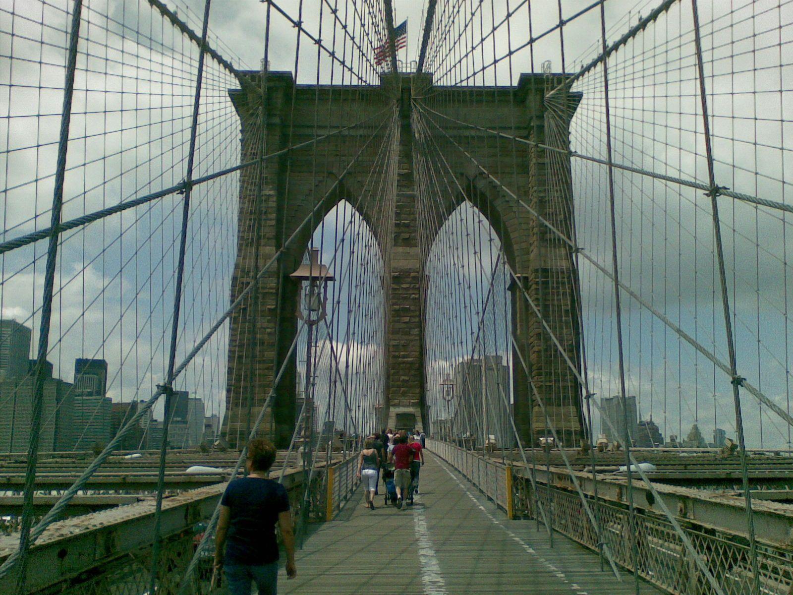 """New York.  Kuvassa Brooklyn Bridge. Tuttuja paikkoja vilahtelee päivittäin televisiossa ja elokuvissa. Tästä syytä olen olen antanut  New Yorkille lempinimen """"Elokuvakulissi"""".   Matkustusajankohta 6-2009."""