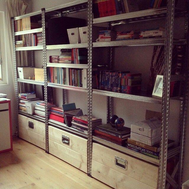 industrià le kast met houten kisten boekenkast van metaal