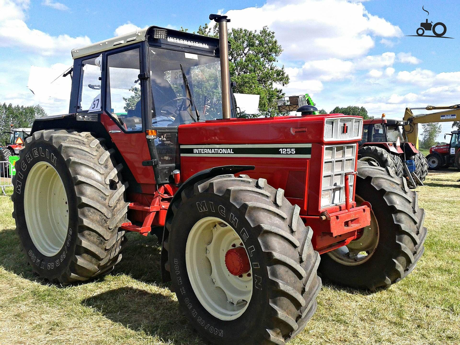 IH 1255 International Tractor | International 1255 van case ih maxxum Druk  bezig met poseren.