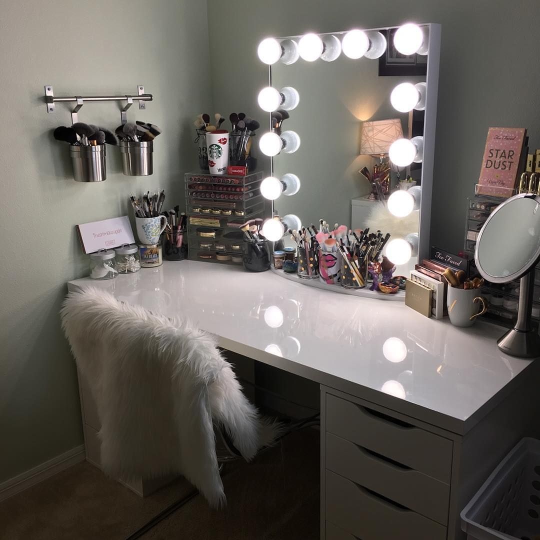 17 diy vanity mirror ideas to make your room more for Mirrors for teenage rooms