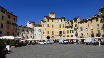 Plaza del Anfiteatro, Lucca, Italia