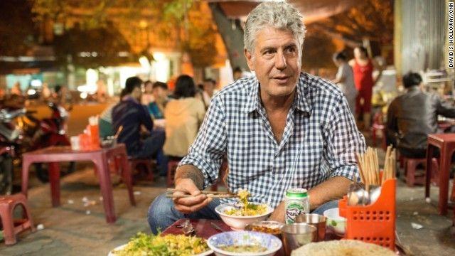 Du khách thích thú với món ăn đường phố Việt Nam