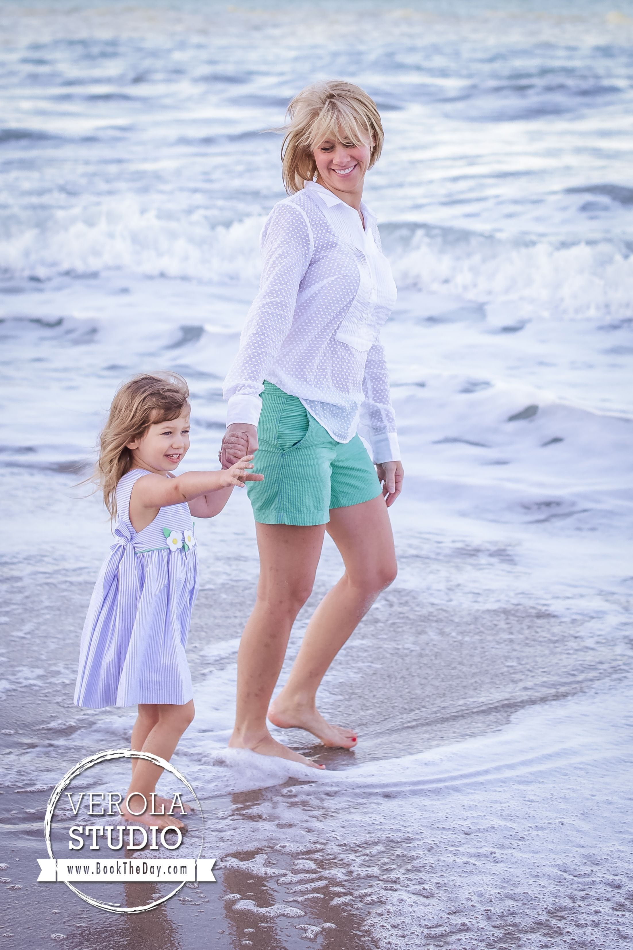 Such a cute photo of a happy mom and her daughter!  #family #photography #beach #familyphoto #verolastudio