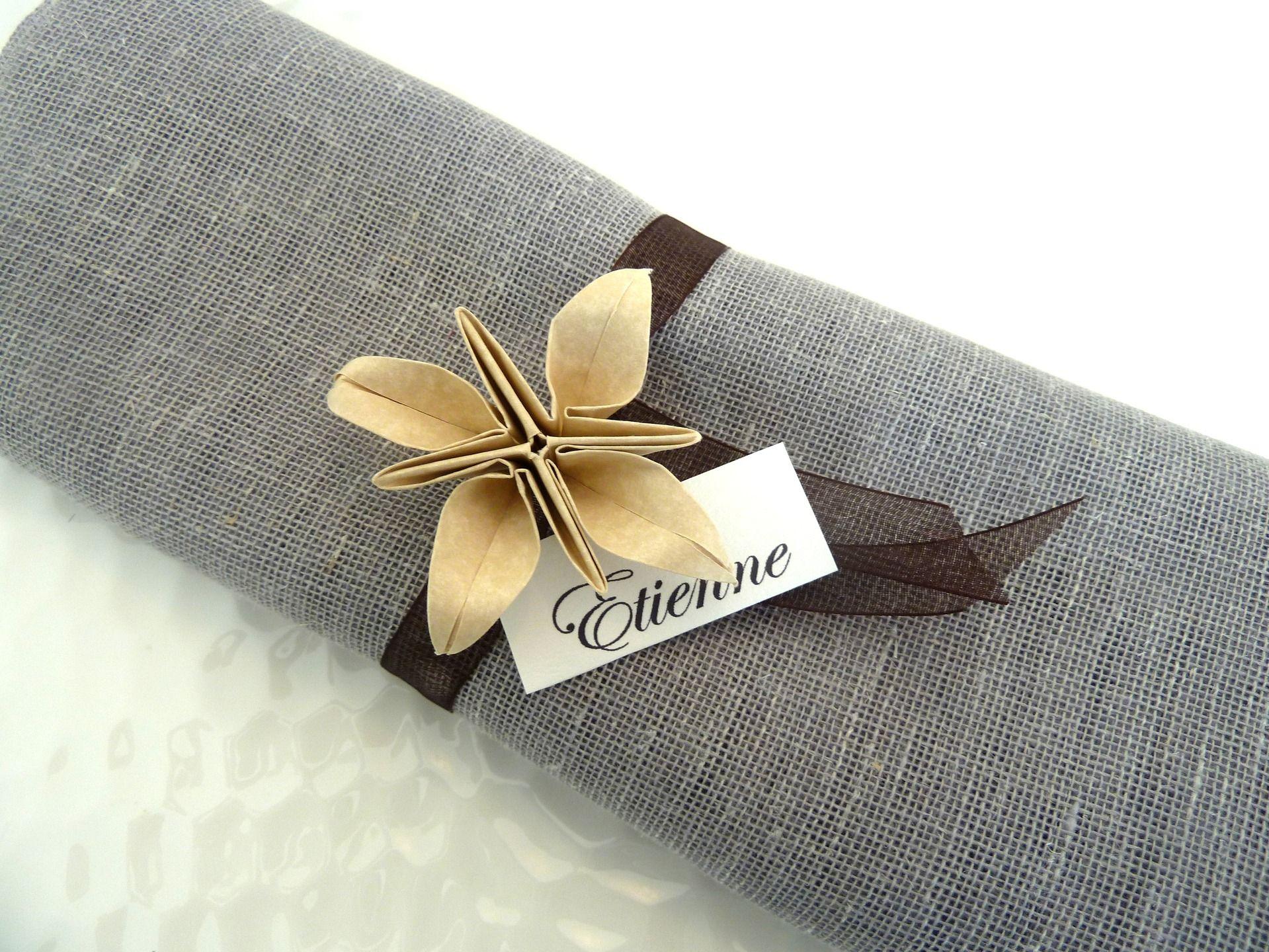 rond de serviette marques place pour mariage en origami fleur beige en papier ruban organza. Black Bedroom Furniture Sets. Home Design Ideas