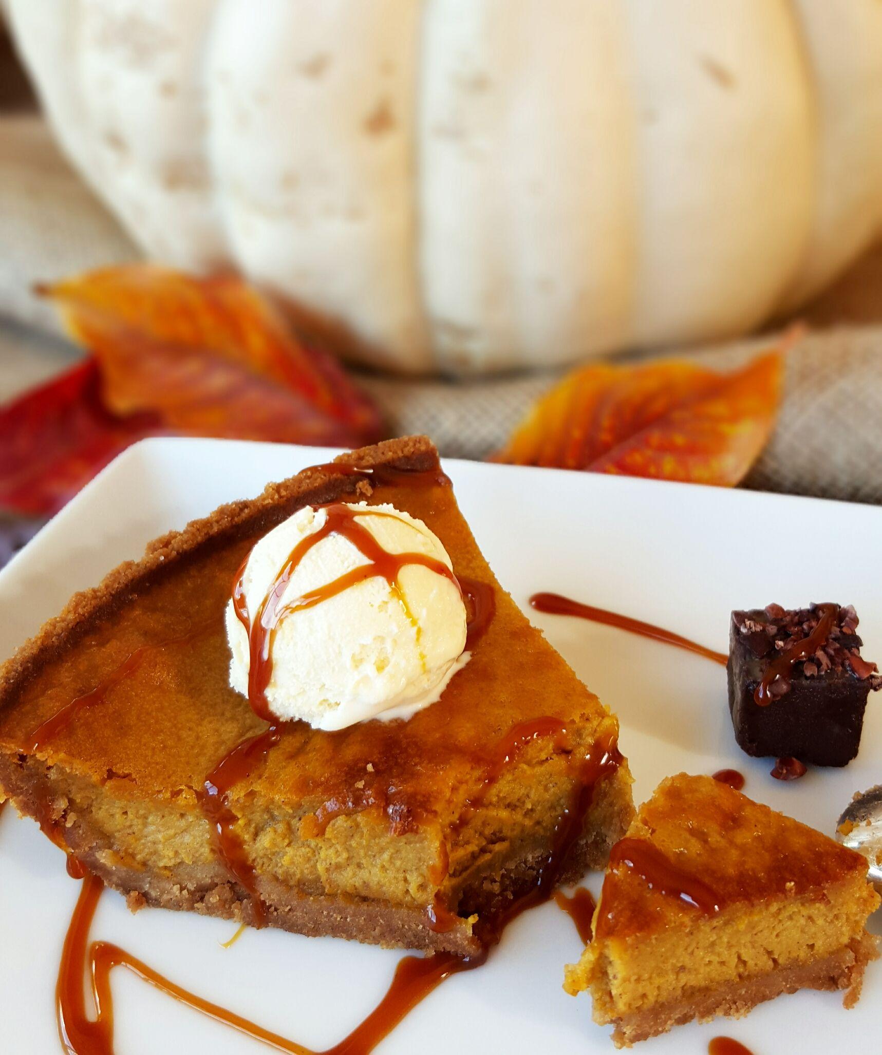 """L'automne, Halloween et Thanksgiving sont trois occasions de déguster de la citrouille quand on habite aux USA. On ne peut donc pas passer à côté de la fameuse """"pumpkin pie"""" ou tarte à la citrouill..."""