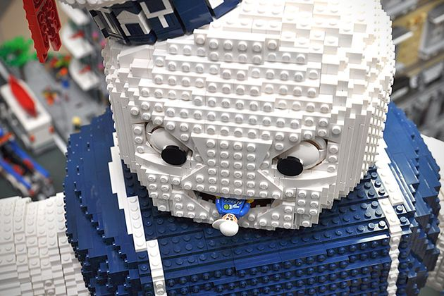 """Quante volte ci hai provato a replicare questa scena di Ghostbusters? Il mitico mostro gigante di marshmallow """"Stay Puft"""" è sempre stato uno dei progetti di migliaia di ragazzini e adulti. Il team coreano OliverSeon non si è limitato a costruire il personaggio ma ha realizzato anche la città in scala."""
