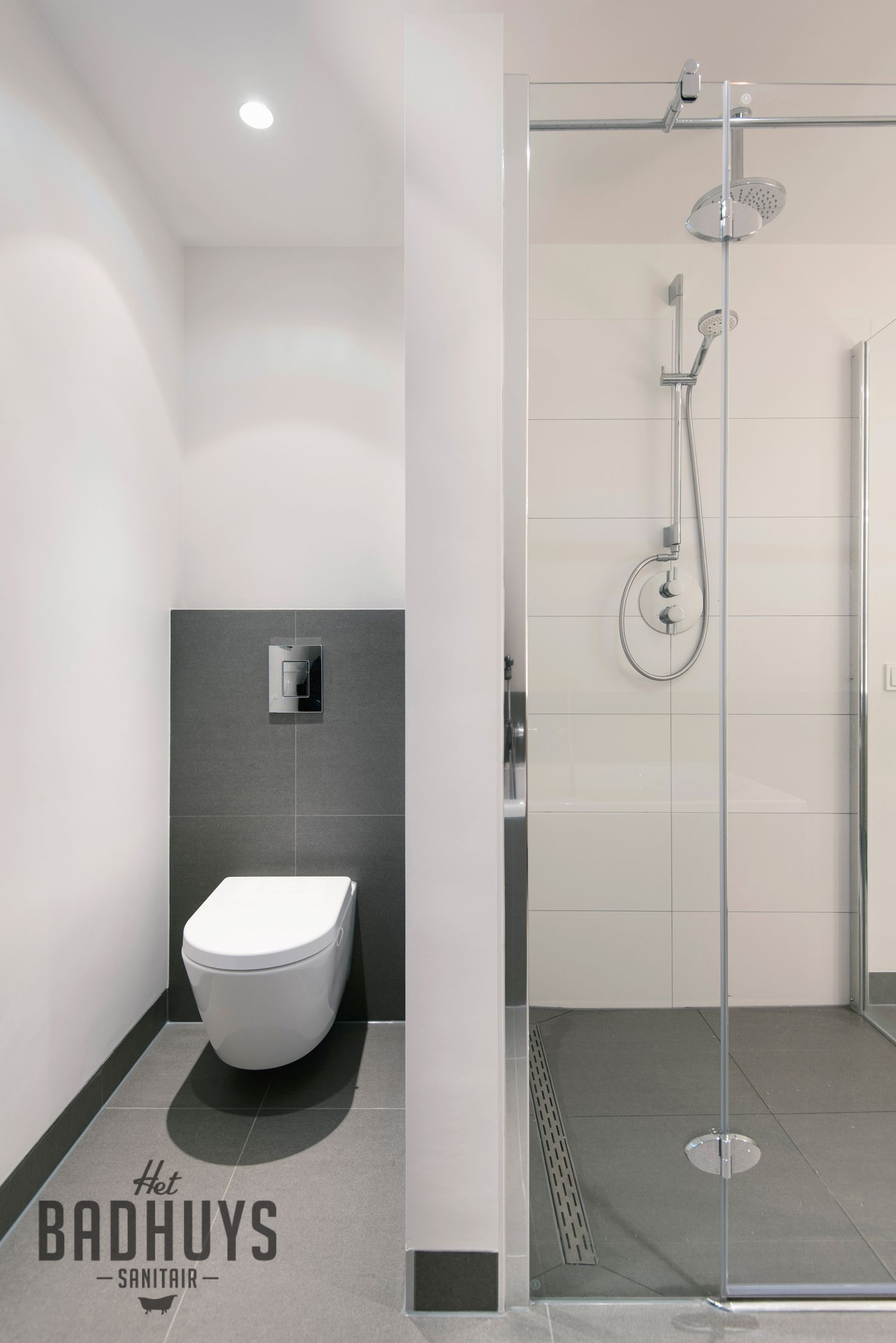moderne badkamer met grote tegels en toilet uit het zicht | het, Badkamer