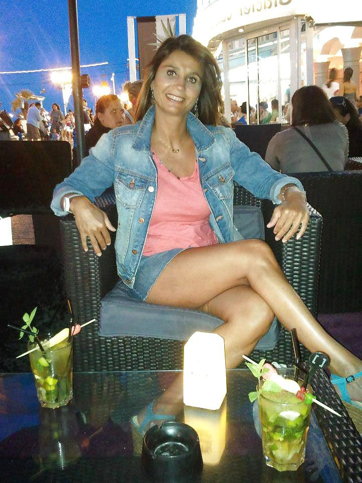 femme cougar en mini jupe les jambes crois es au restaurant photos femmes cougars. Black Bedroom Furniture Sets. Home Design Ideas