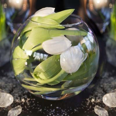 dekoidee 2 tulpen in runder vase flowers pinterest tulpen vase und kugelvase. Black Bedroom Furniture Sets. Home Design Ideas