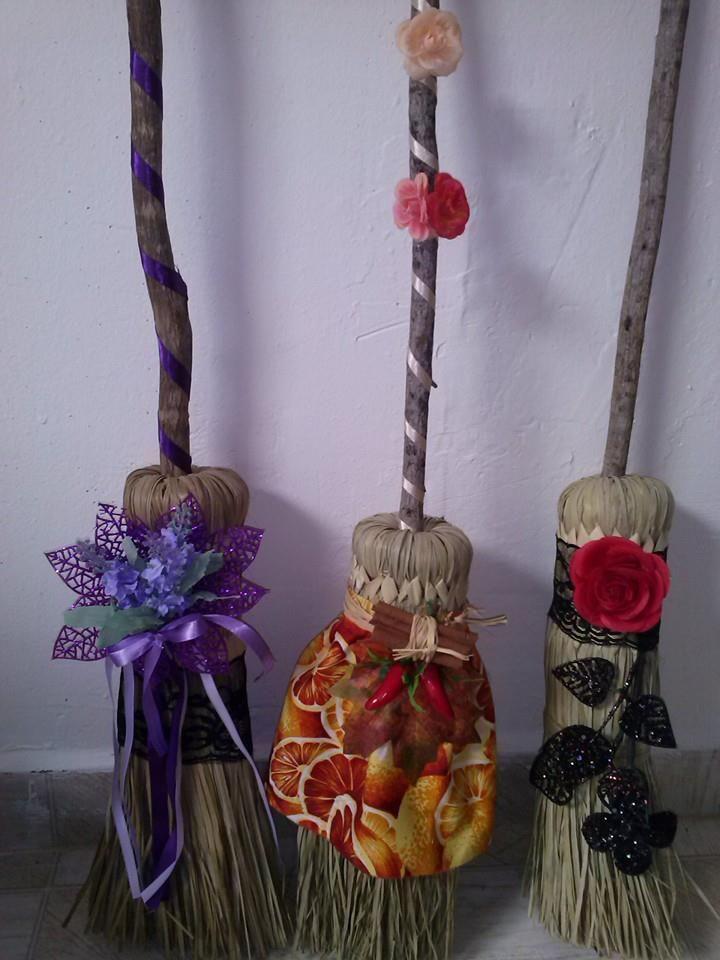 Lindas vassouras decoradas Contato elizabeth.yasmim@hotmail.com $50,00