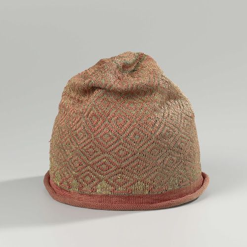 Hat, knitted with a bulb of red silk with diamond-shaped geometric ornaments of gold thread and a curled edge of plain red silk, Anonymous, c. 1600 - c. 1699 Rijksmuseum