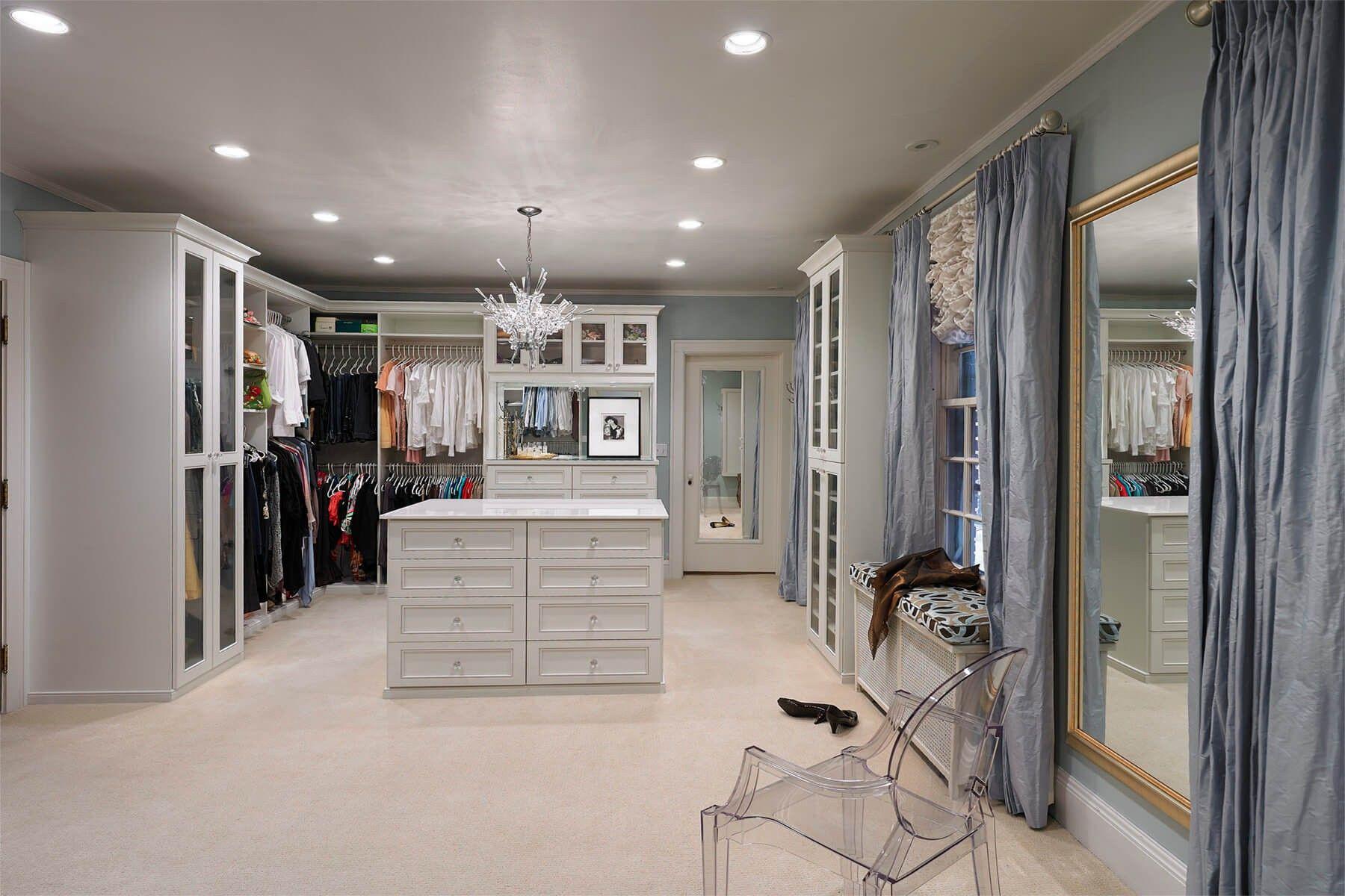 Seidiger Stoff Vorhänge umrahmen die Fenster und das Kabinett in diesem Bereich. Eine große Kommode mit mehreren Schubladen bietet zusätzlichen Speicherplatz für Sonderposten.
