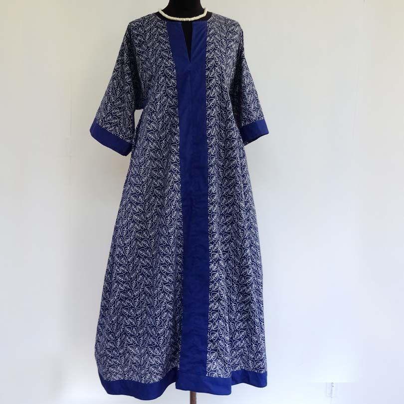 df6b8e1de89 Longue robe d intérieur kaftan ample en coton léger bleu et blanc motif  feuilles…