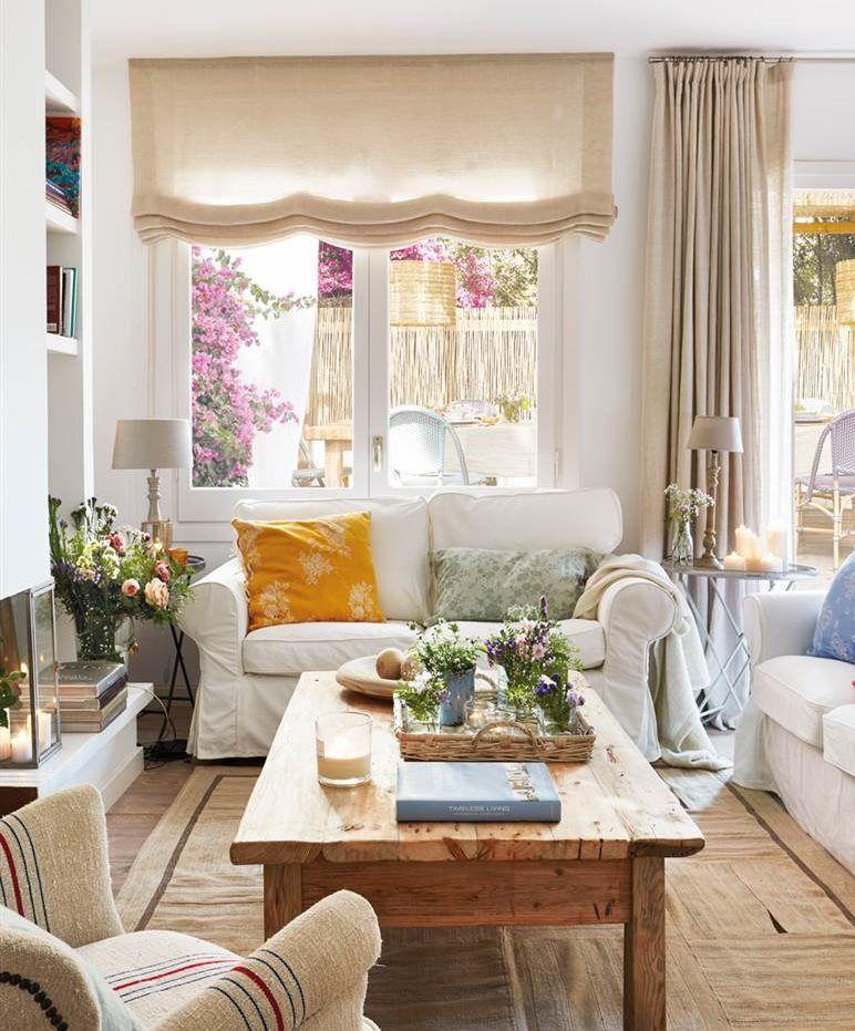 Salón con sofás blancos y cojines de colores. Lino en cortinas y ...