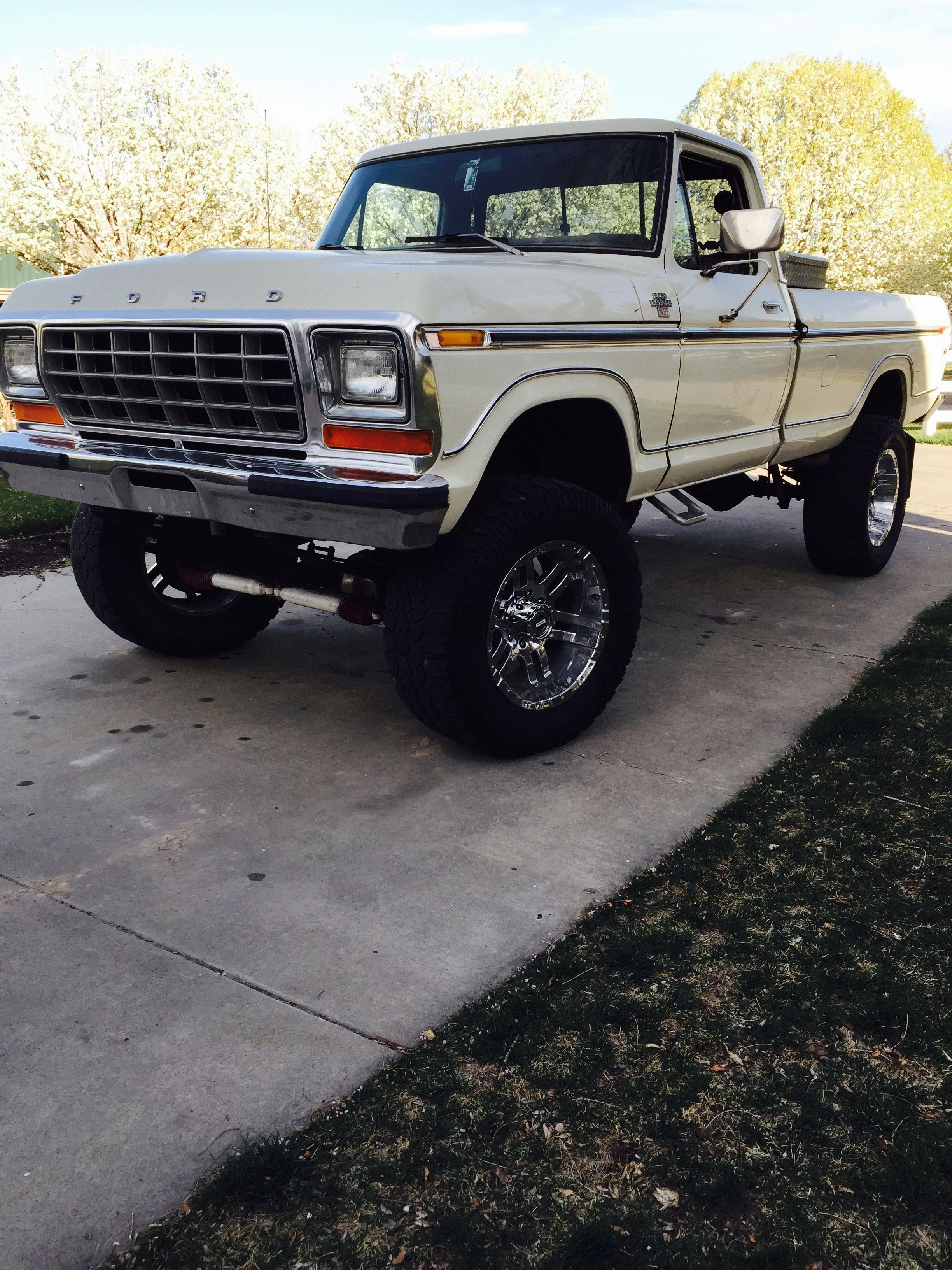 Dang I Honestly Adore This Color Scheme For This 1981 F150 1981f150 Ford Trucks F150 1979 Ford Truck Classic Ford Trucks