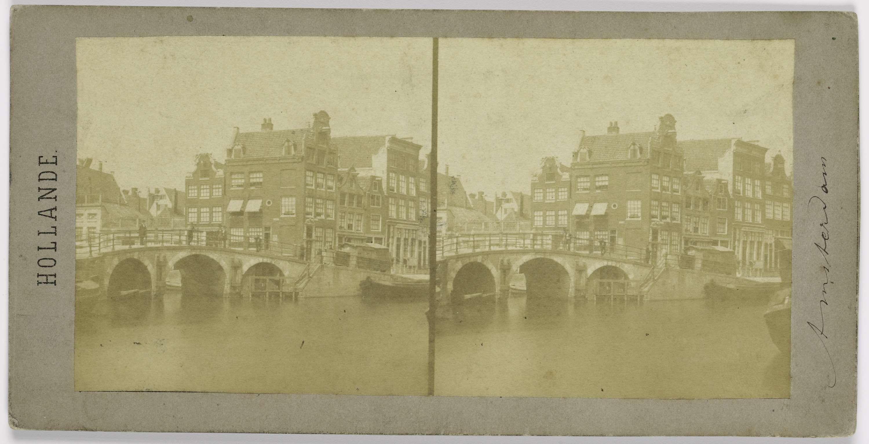 anoniem | Une rue d'Amsterdam, possibly Henri Plaut, before 1858 | De Caetsbaanbrug in de Prinsengracht over de Lauriergracht. Op de hoek Prinsengracht nr. 252.