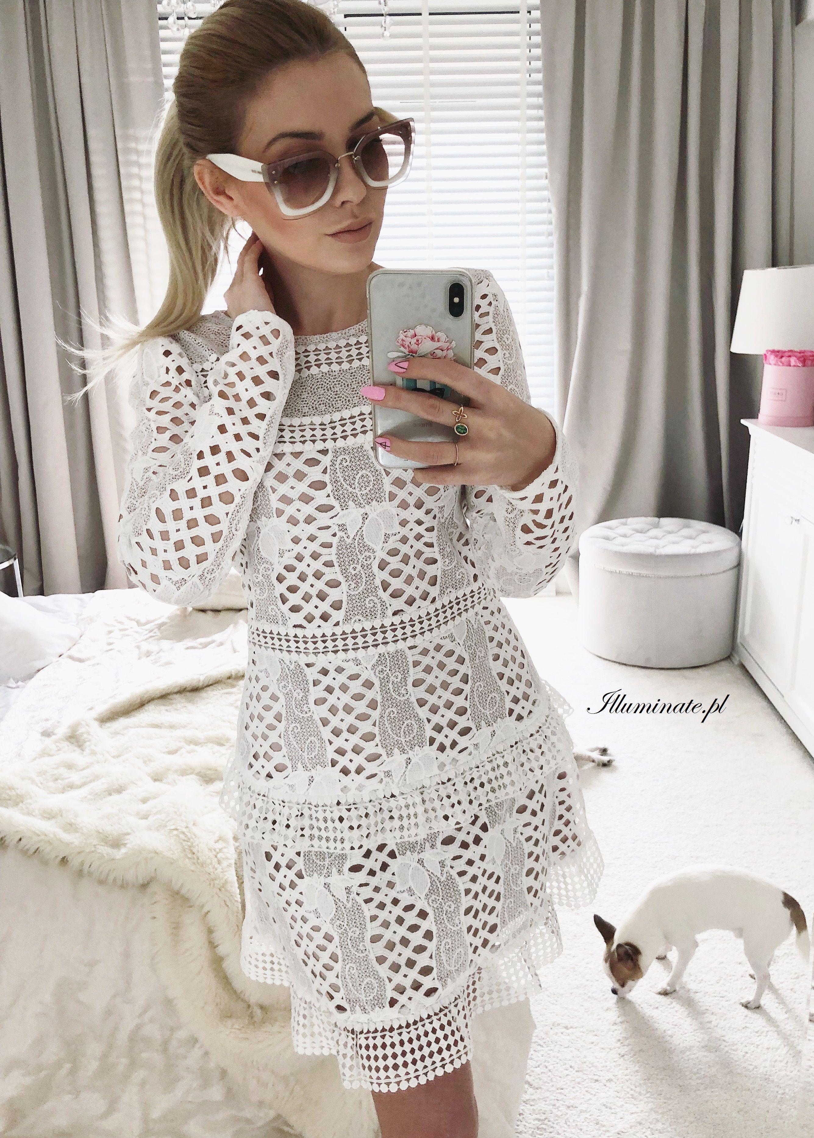 Stylizacja z białą koronkową sukienką w hiszpańskim stylu