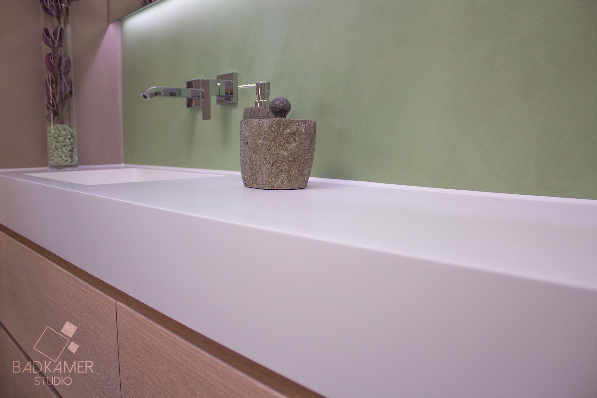 Betonlook badkamer met beton-ciré, maatwerk massief eiken ...