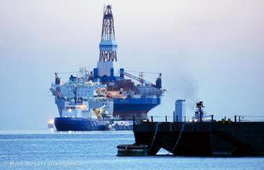 Die Plattform Kulluk auf einem Transportschiff im März 2013. Die Bohrinsel war wenige Monate zuvor in der Nähe von Kodiak Island vor der Küste Alaskas gestrandet.