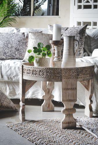 Lekkert vintage bord i hel tre med håndskårne utskjæringer fra Trend Design. Tøft som stuebord eller nattbord.Mål55 x 55 x 45 cmMaterialeHeltreVedlikeholdTørk av bordet med tørr klut for fjerne flekker og smuss.