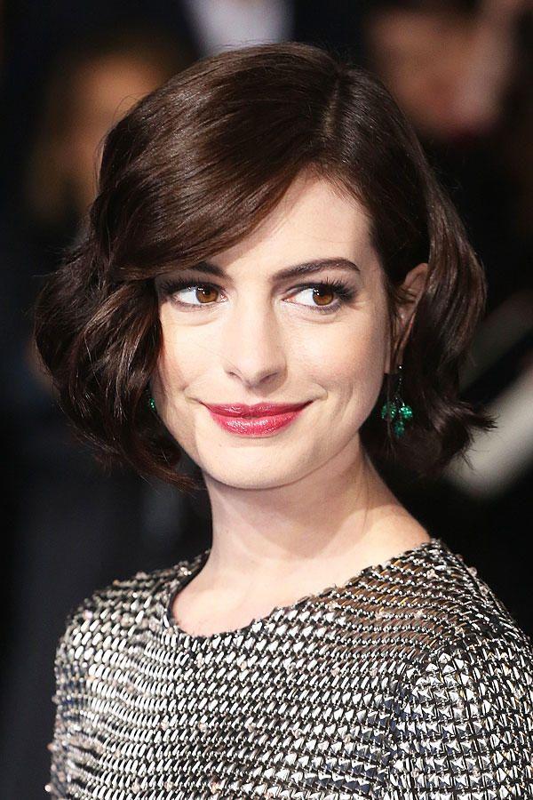 Anne Hathaway Mit Bob 20er Jahre Frisur Bob Frisur Styling Kurzes Haar