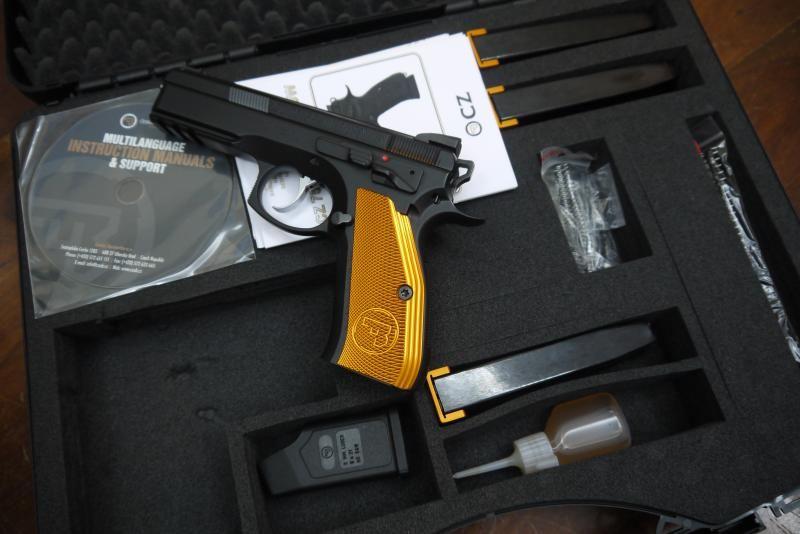 CZ 75 SP-01 Shadow Orange - Prodám pistoli CZ 75 SP-01 Shadow Orange, koupená 2/2016, vystřeleno 800 - 1000 nábojů, teď leží nevyužitá v trezoru. Je osázená novými mířidly - nová světlovodná muška, mikrometrické hledí A. Zend (původní mířidla přidám).https://s3.eu-central-1.amazonaws.com/data.huntingbazar.com/4074-cz-75-sp-01-shadow-orange-pistole.jpg