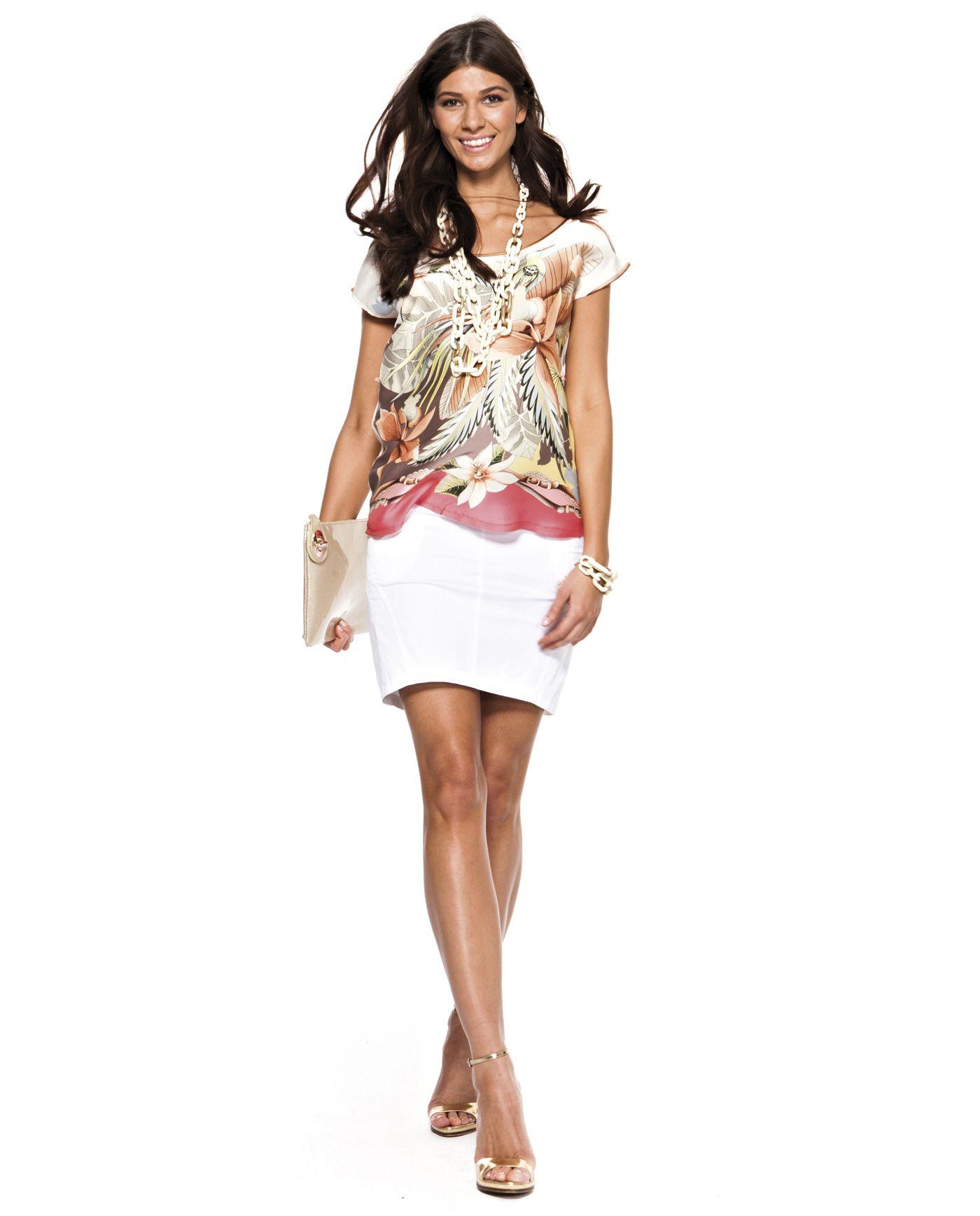 fffa8be11 Camisa Ivette Sat Thai Coral.  Camisapremamá manga corta en satén estampado  con motivos orientales. Espalda en escote pico y detalle vertical de vivo a  ...