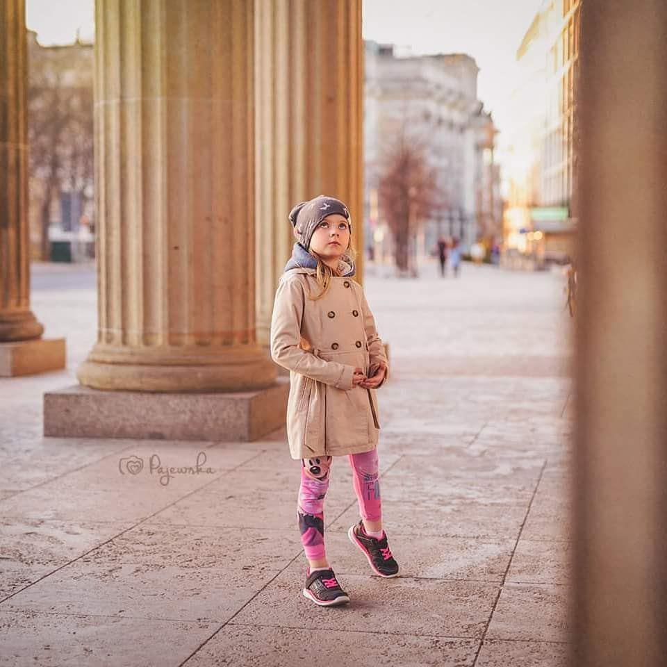 Co Iwona Mama Fotograf Robi W Podrozy Proste Podziwia To Znaczy Swoje Dzieci Podziwia Na Tle Tych Tam Budowli Zabytkow Itp Na Zdjeciu Maj