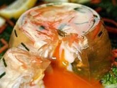 Ingrédients pour Oeufs en gelée au saumon 2 oeufs frais 1 sachet de gelée instantanée 1 cuillère à café de jus de citron 80 g de saumon fumé quelques brins d'aneth quelques feuilles de salades sel et poivre Préparation pour Oeufs en gelée au saumon