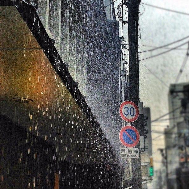 雷雨(Thunderstorm)  いやいや傘持っててもびちゃびちゃやん…でもiPhoneで撮影しちゃう。 - @taikouchi- #webstagram