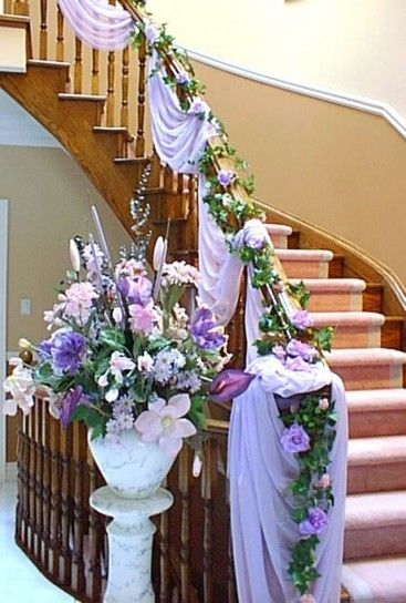 Idee Per Decorare La Casa Per Un Matrimonio Scala Decorata Con Fiori E Stoffe Decorazioni Di Nozze Matrimonio A Casa Decorazioni Per Bridal Shower
