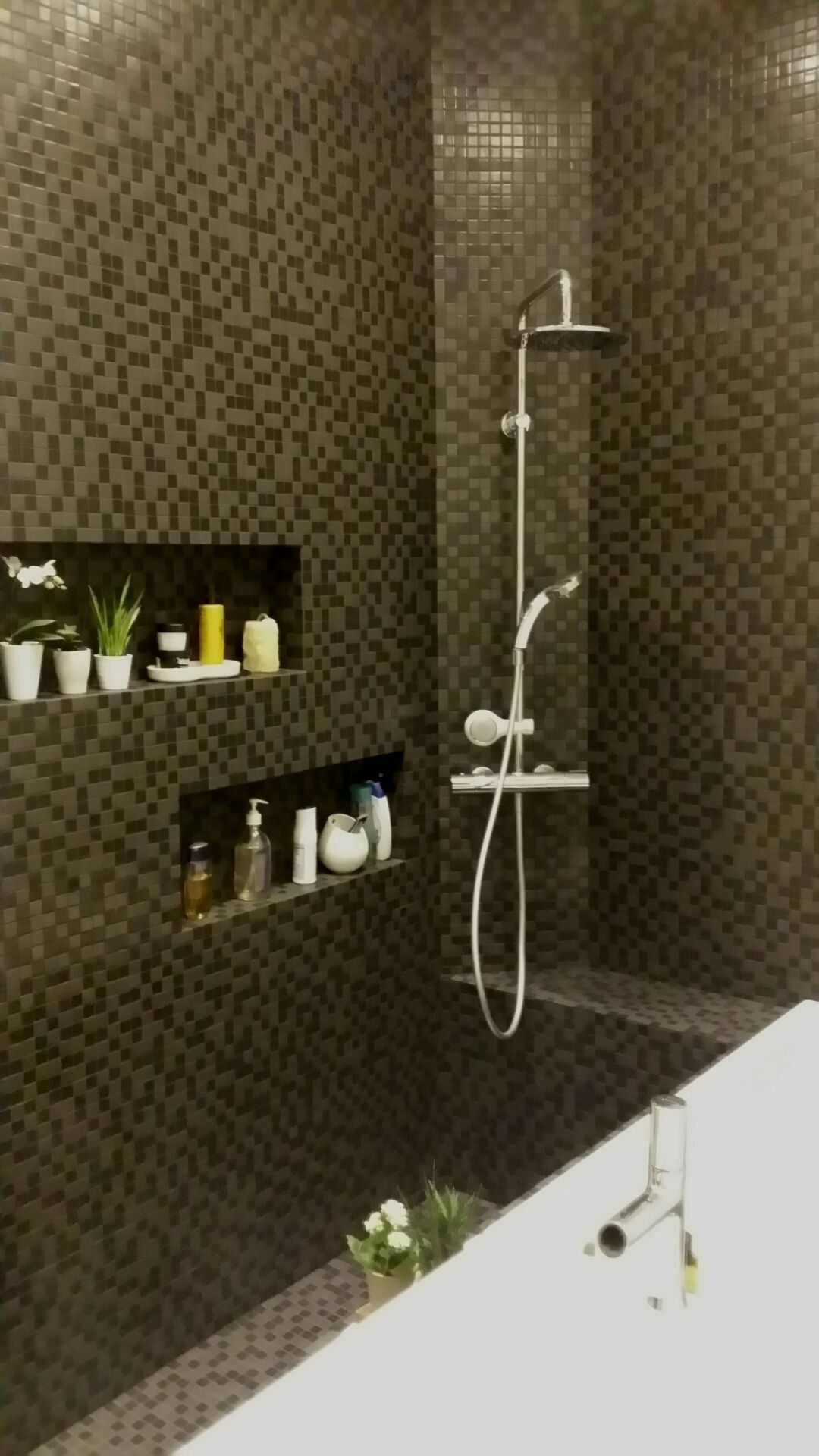 Mosaique noire salle de bain niche CDECO.jpg | SALLE DE BAIN I ...