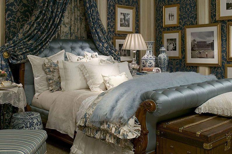Slaapkamer ingericht door designer Peter Banks.  #bed #kussens #behang #schilderijen
