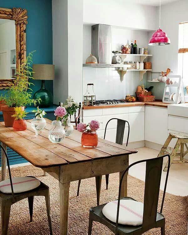 Chaises d'inspiration indus et table en bois vieilli cohabitent dans le coin repas
