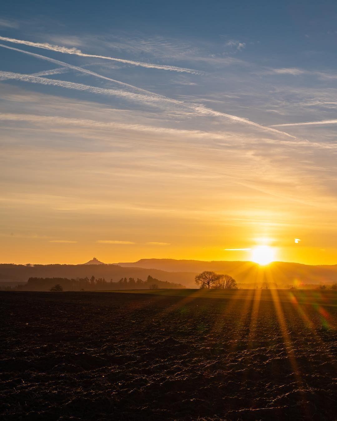Auch Heute Fruh Gab Es Wieder Einen Schonen Sonnenaufgang Mit Blick Zu Burg Hohenzollern Los Bin Ich Kurz Vor 7 Da Ich E In 2020 Celestial Outdoor Celestial Bodies